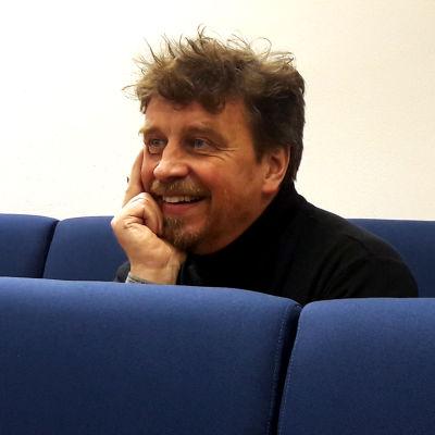 Fredrik Åbacka lyssnar på svenska lärarrekryterare