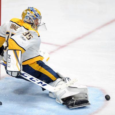 Pekka Rinne står i vägen för pucken.