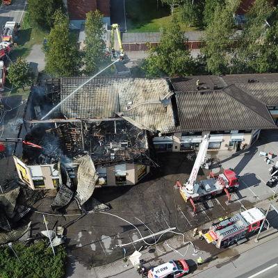 Tulipalossa tuhoutunut liikekeskus Mäntsälässä.