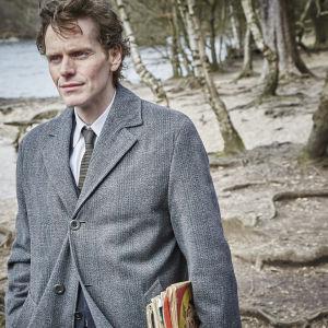 Kirjallisuutta, sanaristikoita ja klassista musiikkia harrastava Endeavour Morse (Shaun Evans) on omaperäinen poliisi. yle tv1
