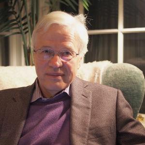 Porträtt av Bengt Holmström, mottagare av ekonomipriset till Alfred Nobels minne.