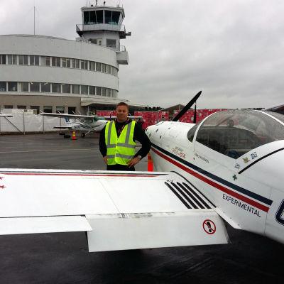 Timo Hyvönen på Malms flygplats poserar vid en Van's Aircraft RV-6