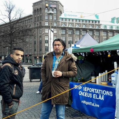 Wisam (till höger) dricker te och talar med Abdulrazaq.