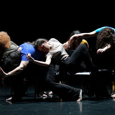 Viisi tanssijaa lavalla Angelin Preljocajin teoksessa. Kuva dokumentista Tanssien vapauteen.