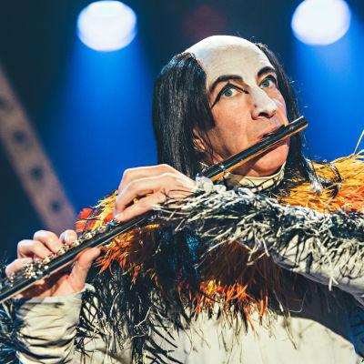 Simon Day on huilua soittava Brian Pern sarjassa Brian-sedän rocktarinat