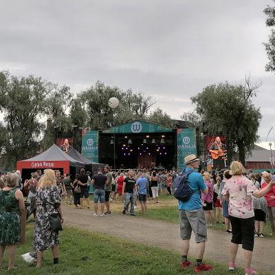 Wanaja Festivalin yleisöä Linnanpuistossa.