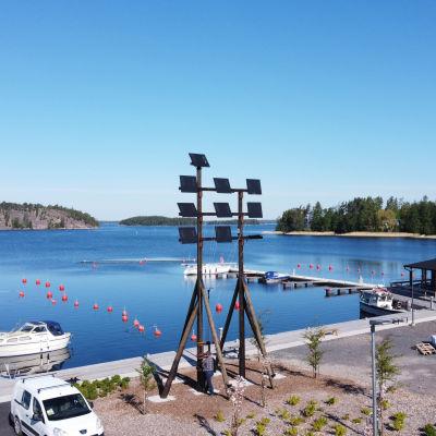Bild på ett signaltorn i Bromarv hamn.