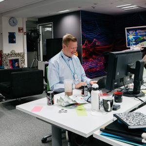 Antti Plathan työskentelemässä tietokoneen ääressä.