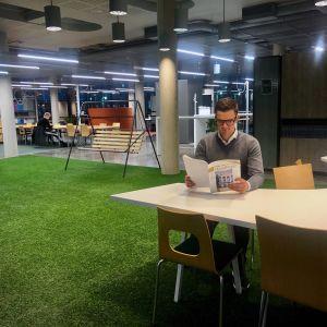 Thorax ordförande Fredrik Ahlström sitter och läser.