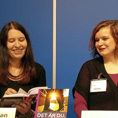 Nora Strömman och Mia Franck på bokmässan i helsingfors 2015, bild två.