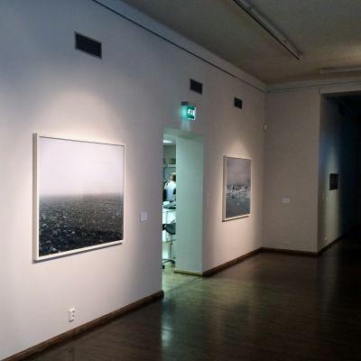 """Mikkelin taidemuseon """"Painting of the mind"""" -näyttelyn alakerta."""