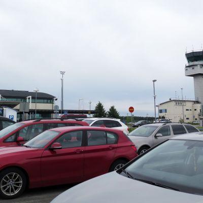 Autoja lentoaseman edessä olevalla parkkipaikalla.