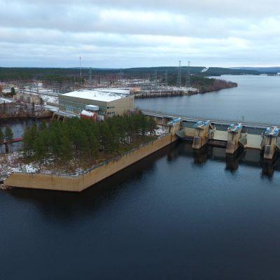 Rovaniemen alapuolella oleva Valajaskosken voimala on yksi viidestä padosta, joka pitäisi poistaa jotta lohella olisi vapaa pääsy Ounasjoelle kutemaan. Kemijoki, Valajaskosken voimala, Rovaniemi 25.10.2017