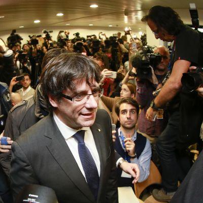 Den förre katalanska regionpresidenten Carles Puigdemont höll på tisdagen en presskonferens i Bryssel. Han tänker hålla sig i Belgien tills vidare säger hans advokat