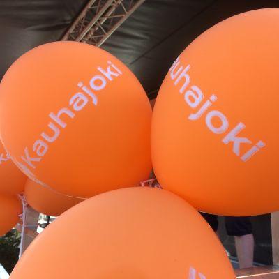 Myös Kauhajoen kaupungin väri on KarhuBasketin menestyksen myötä ollut oranssi.