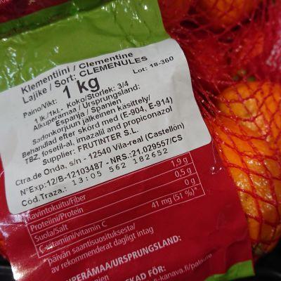 Espanjalaisten klementiinien pakkauksessa lukee, että hedlemät on käsitelty useilla torjunta- ja käsittelyaineilla sadonkorjuun jälkeen.