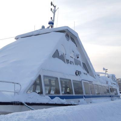 Lumen peittämä risteilyalus Camilla Lappeenrannan satamassa 28. tammikuuta 2019.