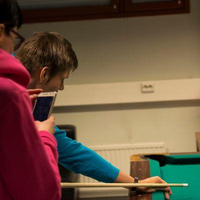Kajaanin etsivät nuorisotyöntekijät pelaamassa biljardia.