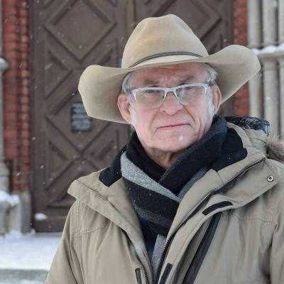 Heikki Karasti Mikkelin Tuomiokirkon portailla.