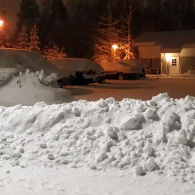 Lumipenkka joensuulaisen rivitalon edessä.