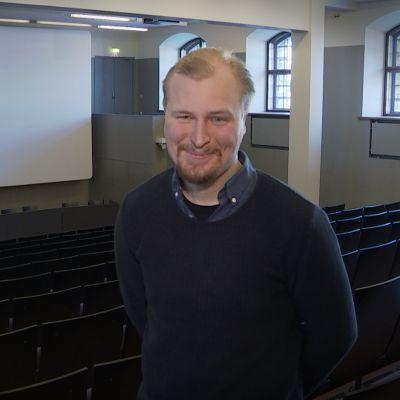 Tomas Vaarala puolikuvassa hymyilemässä kameralle.