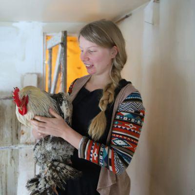 Erika Väkiparta kertoo kanojen puuhastelun seuraamisen olevan kiehtovaa ja rentouttavaa. Sylissä valokuvausprojektin malliksikin päässyt Hedwig-kukko.
