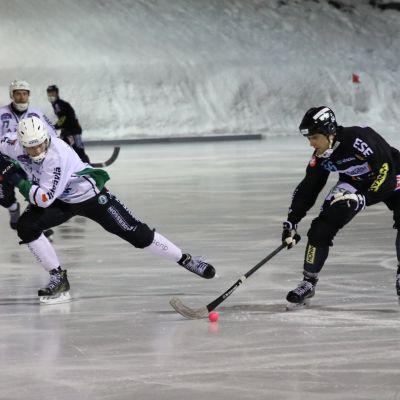 Kamppareiden ja Akilleen pelaajat Bandyliigan pronssiottelussa.
