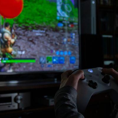 Lapsi pelaa Fortnite -peliä Xbox konsolilla