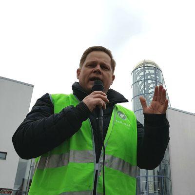 Markus Lohi (kesk.) pitää puhetta vaalitilaisuudessa Rovaniemen Lordin aukiolla 13.4.2019.