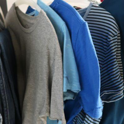 Vaatteita vaaterekillä Ylen puvustossa