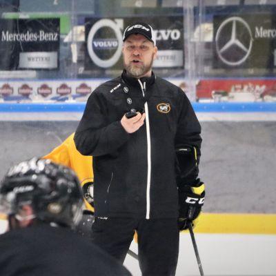 Oulun Kärppien päävalmentaja Mikko Manner joukkueen treeneissä Raksilassa24.4.2019