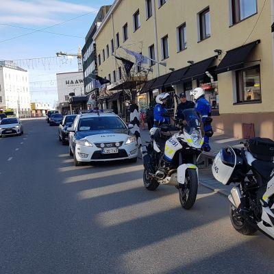 Poliiseja Rovaniemellä arktisen neuvoston ulkoministerikokouksen alla 7. toukokuuta 2019.