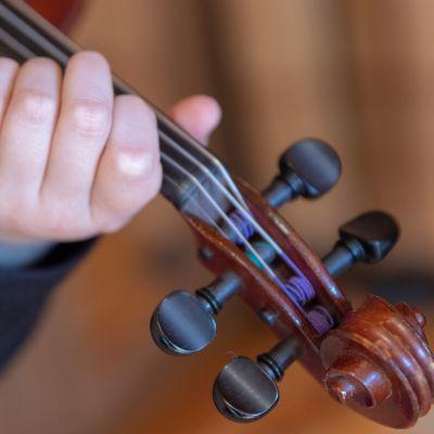 Leea Mattila soittaa viulua.