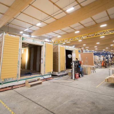 Lehto Groupin Oulaisten tehtaalla valmistetaan asennusvalmiita taloelementtejä.
