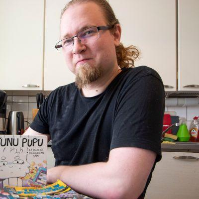 Sarjakuvaharrastaja Lassi Väänänen kotonaan Kuopiossa kesällä 2019.