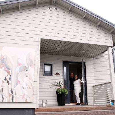 Paavo Hakkarainen ja Anne Hasu vastavalmistuneen kotinsa edessä.