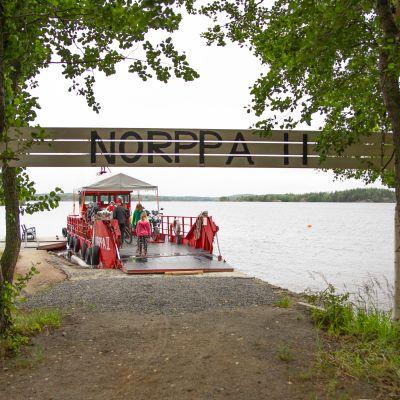Norppa II-lautta laiturissa