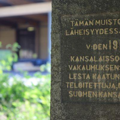 Sisällissodan aikainen joukkohauta teollisuusalueen keskellä Heinolan Vierumäellä.