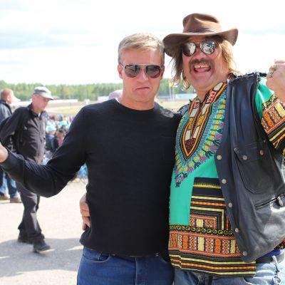 Kaksi miestä Kuninkuusraveissa lahdessa.