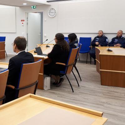 Syytetyt Etelä-Karjalan käräjäoikeuden istuntosalissa 9.8.2019.