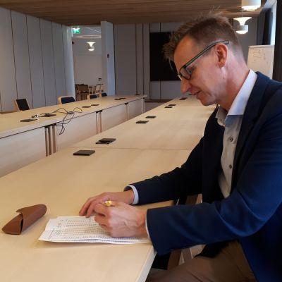Seinäjoen rahoitusjohtaja Mika Itänen tarkastelee ensi vuoden valtionosuuslaskelmia.