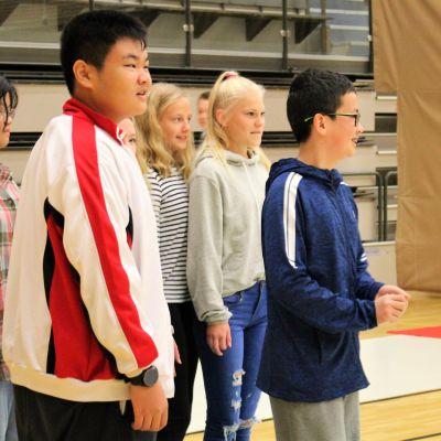 Kiinalaisia ja suomalaisia nuoria Lyseon peruskoulusta.