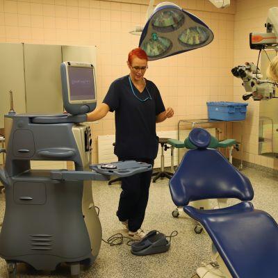 Kaksi naista tarkistaa leikkaussalin koneita