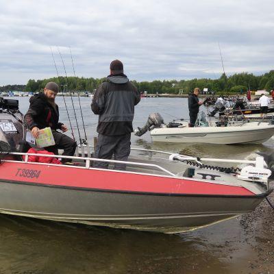 Happy Angler Challenge .kalastuskilpailun osallistujat rantautuvat päivän päätteeksi Lohjan Aurlahteen.