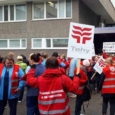 Hoitajat vastustavat sairaanhoitopiirin suunnittelemia irtisanomisia.