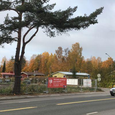 Uuden kerrostalon tieltä Joensuun Pohjoiskadulla on kesällä 2019 purettu vanha asuintalo.