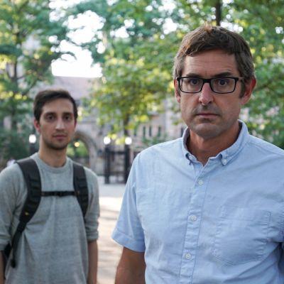 Toimittaja Louis Theroux ja raiskauksesta syytetty opiskelija Saif Khan seisovat rakennuksen edessä.