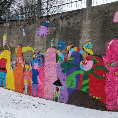 Seinämaalaus eli muraali Niiralan liikennepuistossa Kuopiossa.