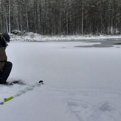 Kutusiian pilkintää Kuusamon Kantojärvellä. Pilkkijä Risto Lehtonen.