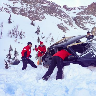 Tutkijat yrittävät selvittää lumivyöryn tuhovoimaa.